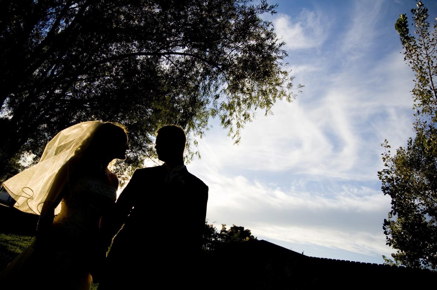 брак сватба младоженци