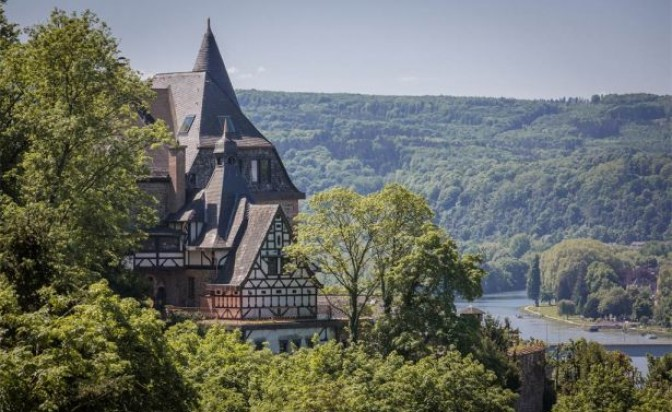 Продава се: Голям германски замък