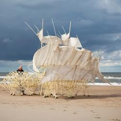 Пясъчните зверове на Тео Янсен крачат по азиатския бряг