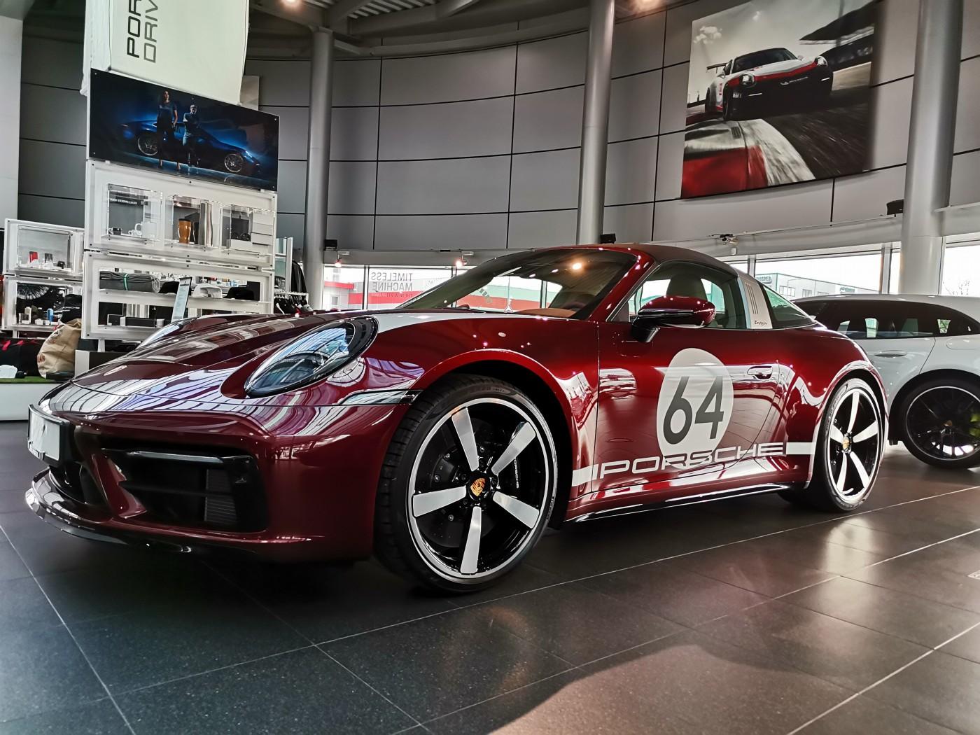 Почит към традицията: модел 911 Targa 4S Heritage Design