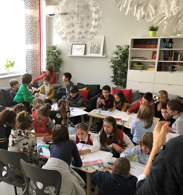 Иновативно помагало за учители с детски финансови игри и театър беше представено в Деня на будителите
